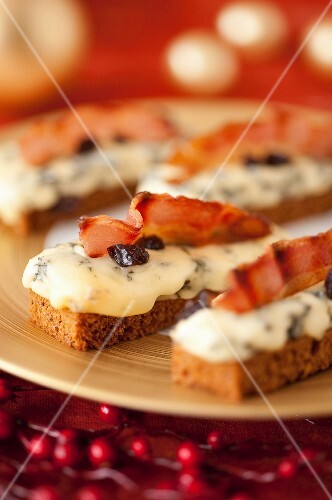 Fourme d'Ambert cheese and smoked bacon on sliced gingerbread