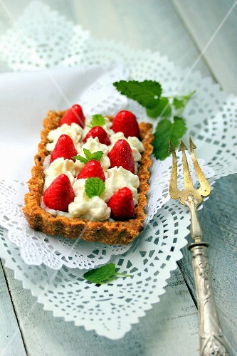 Bake-free strawberry and cream tart