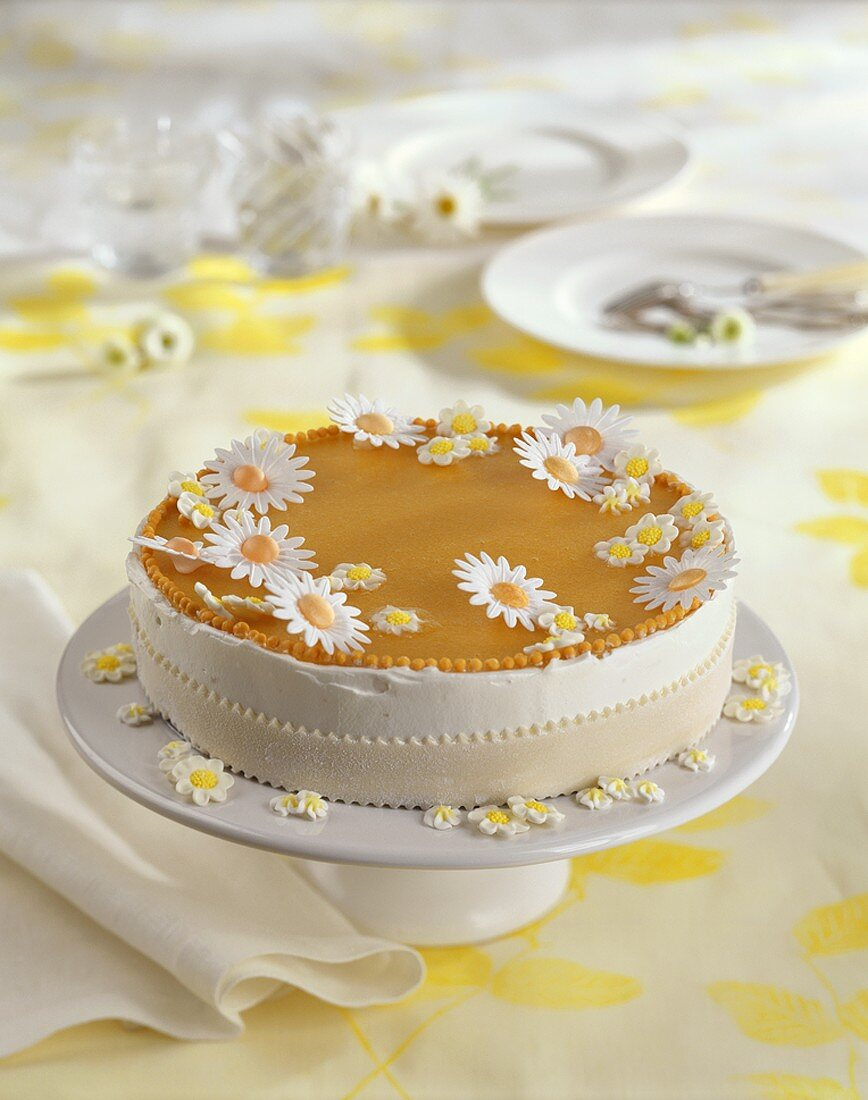 Spring cake with daisy decoration