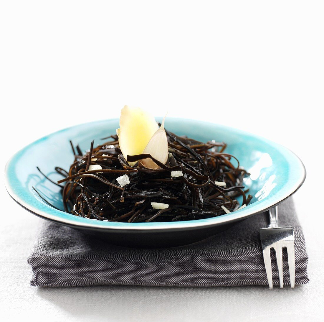 Cooked seaweed with Japanese-style seasoning (side dish)