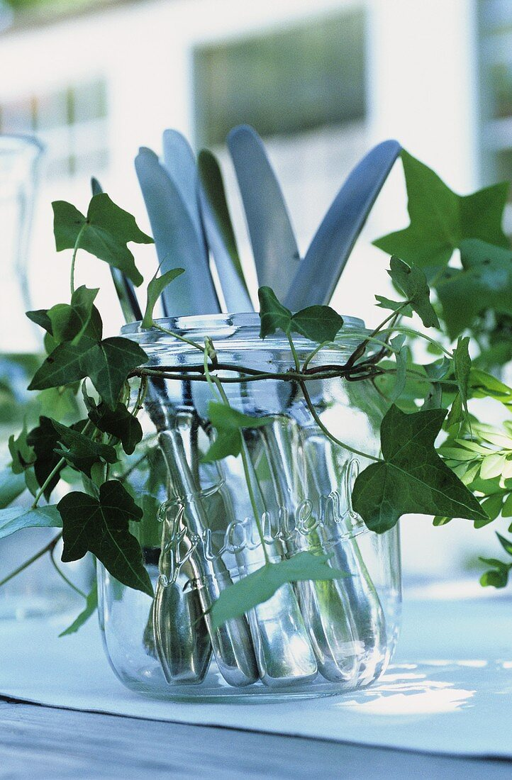 Quick buffet decoration: cutlery in jar decorated with ivy
