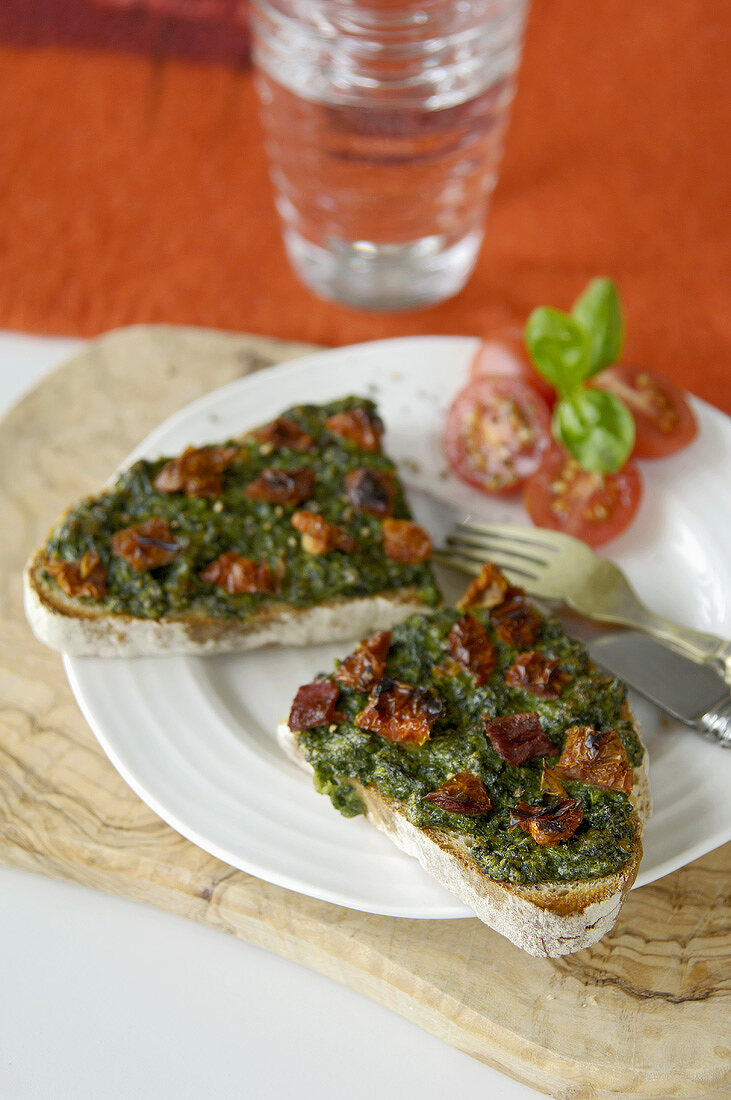 Welsh rarebit with spinach and dried tomatoes (UK)
