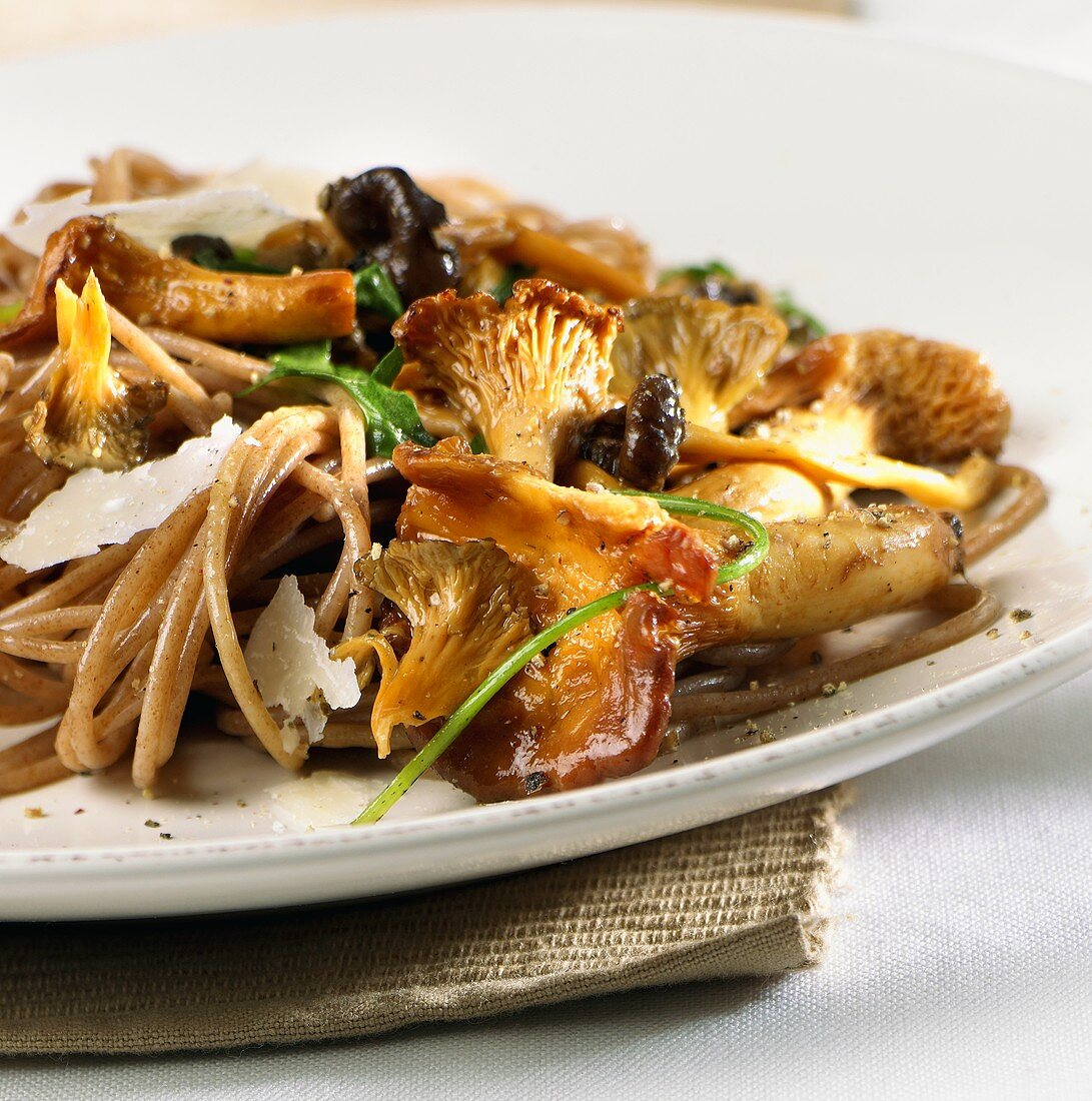 Wholemeal spaghetti with chanterelles and Parmesan