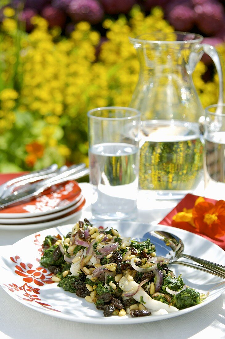 Skate with spinach, raisins and pine nuts, out of doors