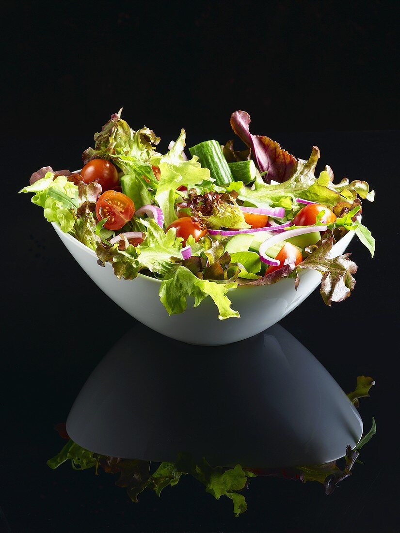 Mixed salad leaves with cucumber, tomatoes and onion