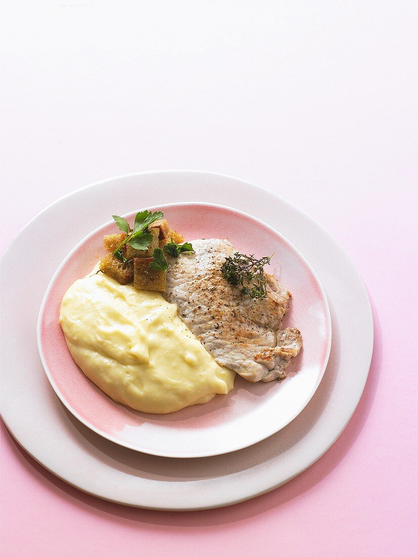 Fried veal escalope with aligot and croutons