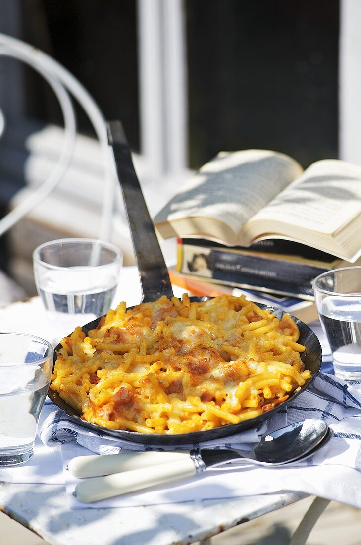 Quick pan-cooked macaroni cheese on garden table