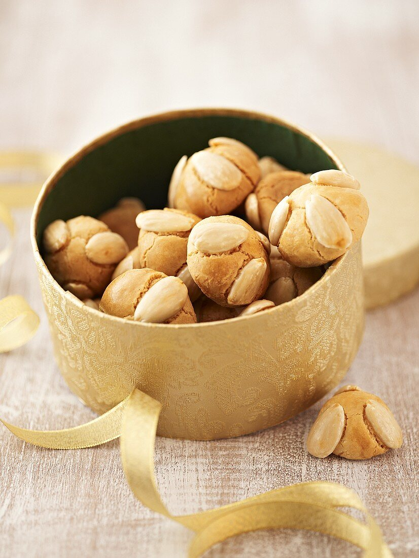 Frankfurter Bethmännchen (Marzipan cookies with almonds)