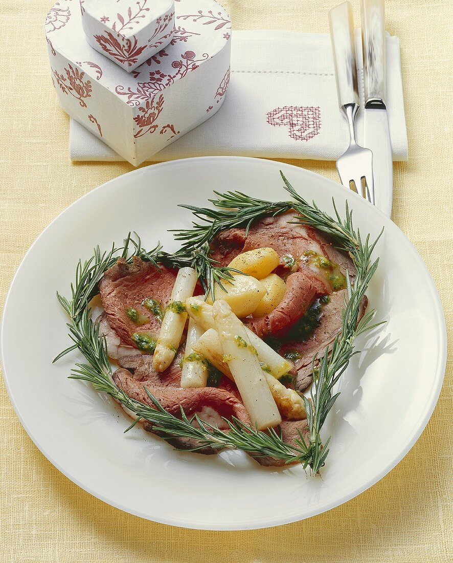 Roast beef with asparagus & rosemary, arranged in a heart shape