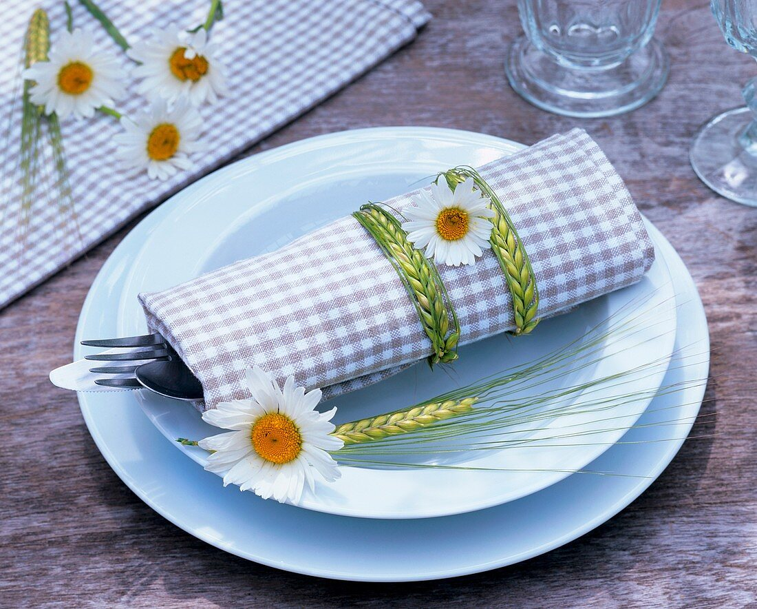 Place-setting decorated with ox-eye daisies & ears of barley