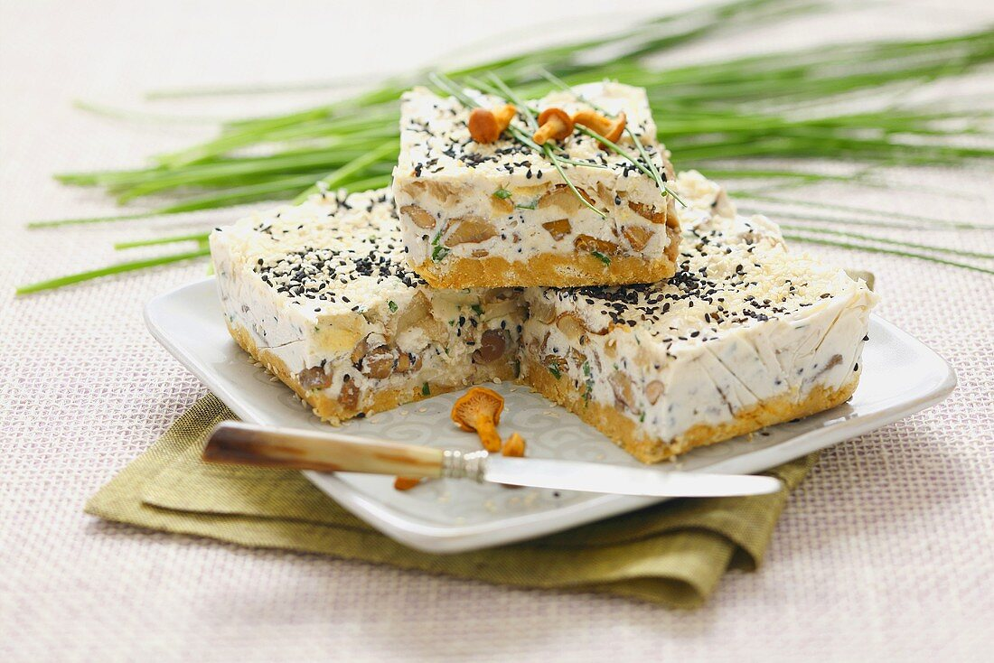 Savoury cheesecake with chanterelles and sesame seeds