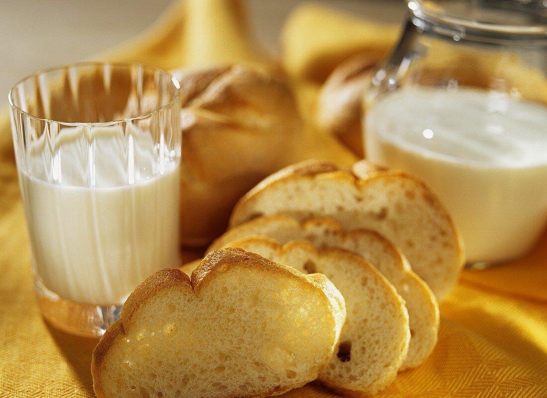 Milk and bread rolls (F.X. Mayr diet)