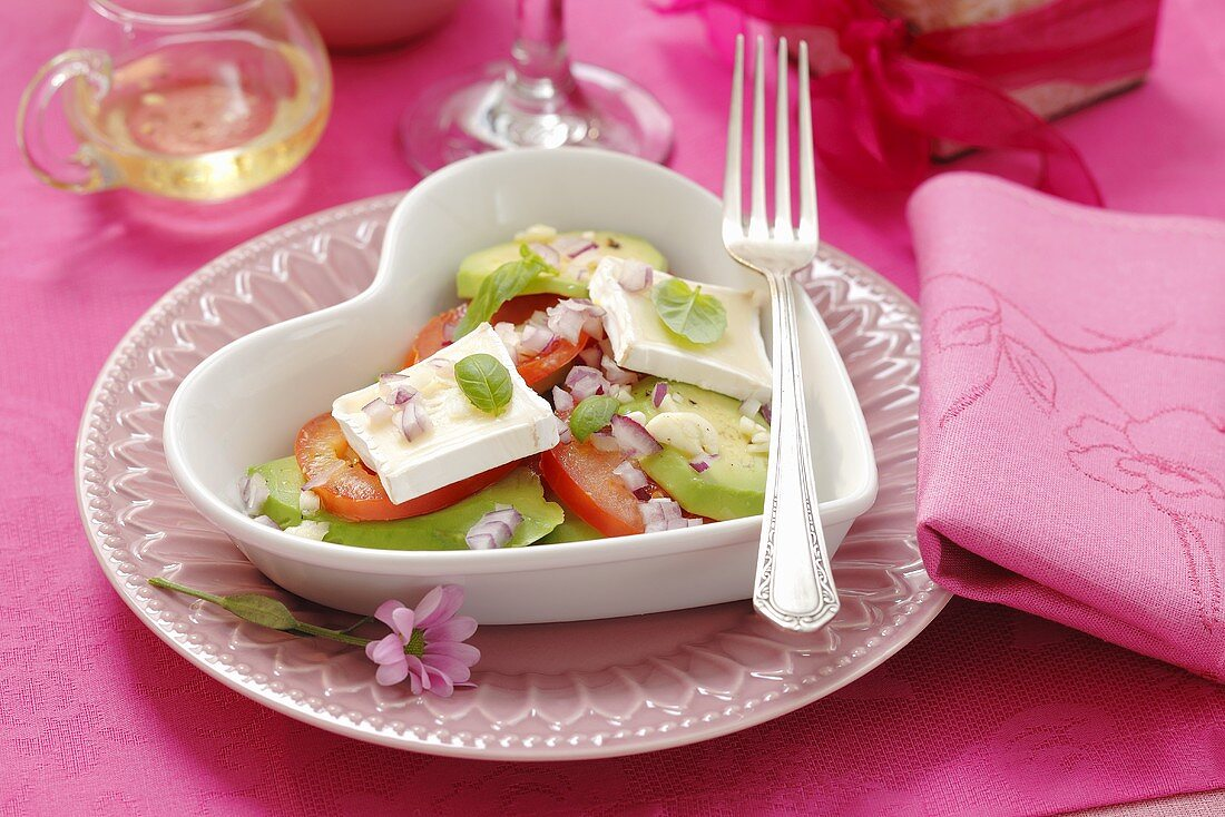 Avocado and tomato salad with onions and goat's cheese
