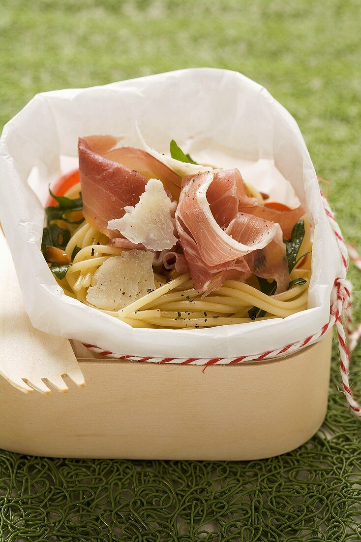 Spaghetti salad with Parma ham