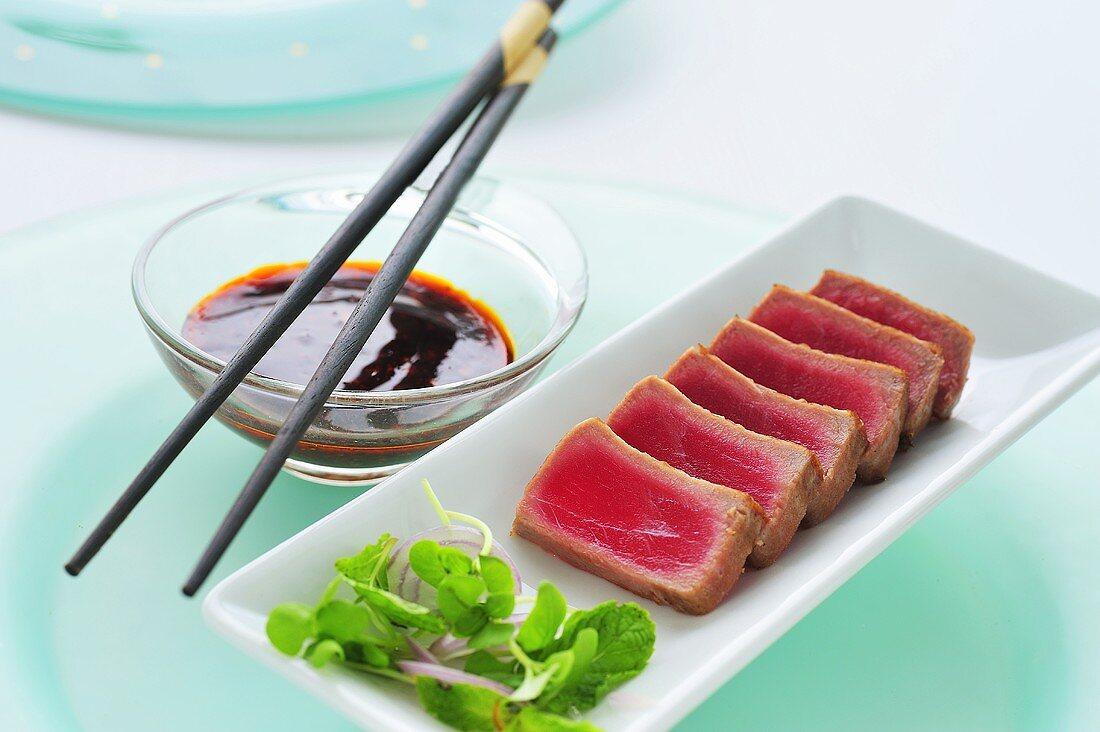Gegrilltes Thunfischfilet (Ahi) mit würziger Chilisauce