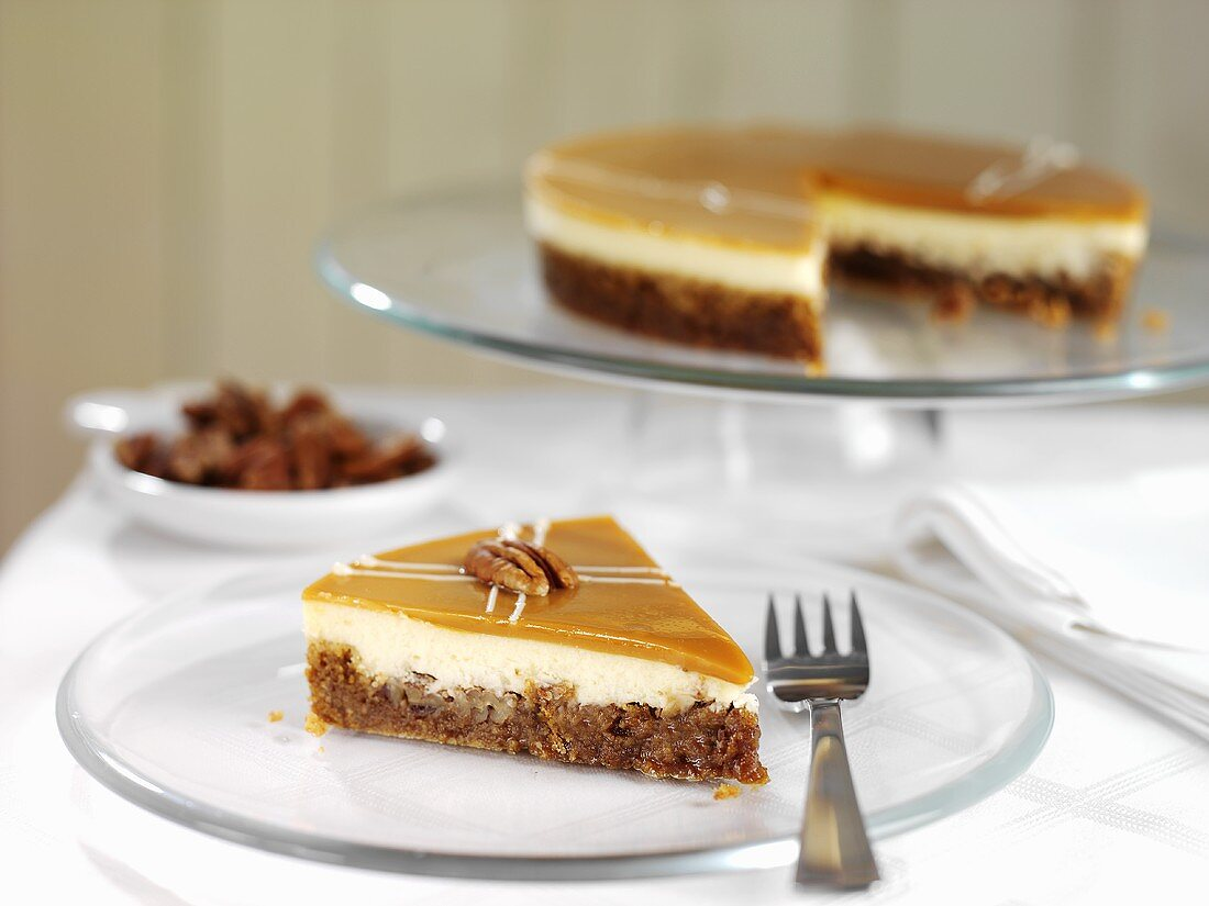 Cheesecake with pecans and maple syrup