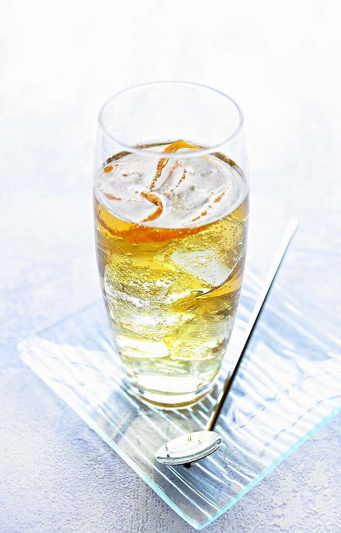 Long drink made with sparkling wine and orange liqueur
