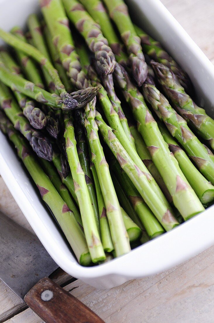 Green asparagus in white dish