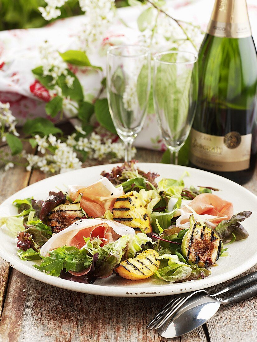 Salad leaves with figs and prosciutto, sparkling wine