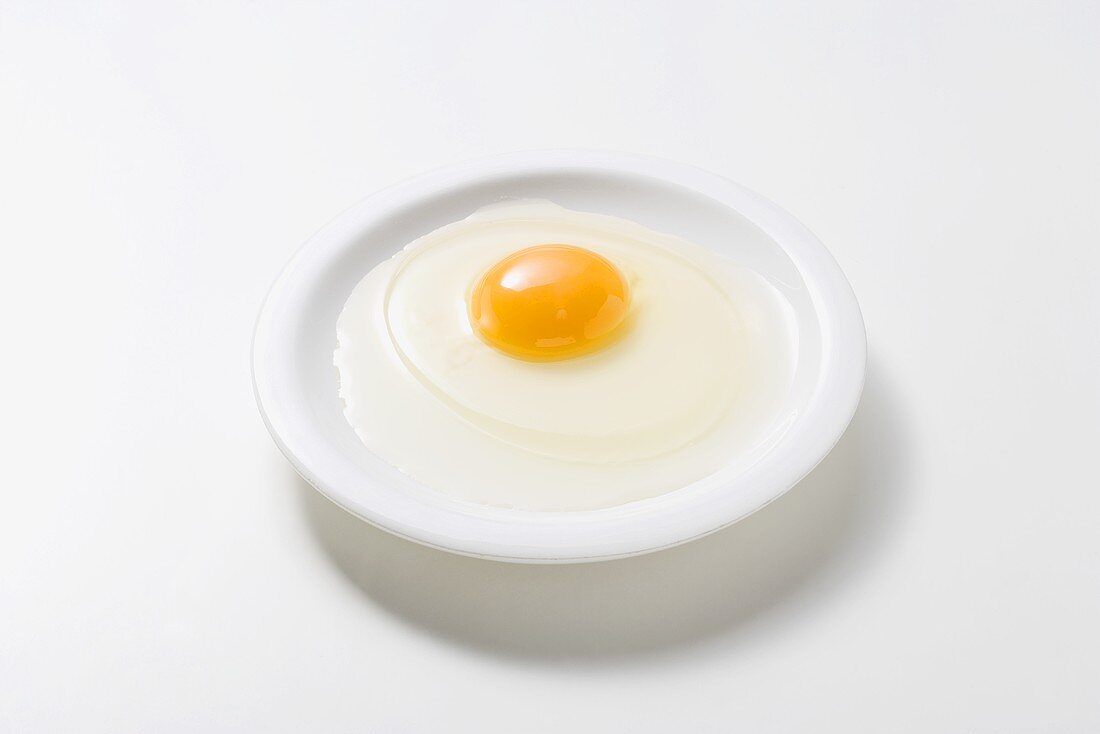 Egg freshness test: a fresh egg has a well-rounded yolk