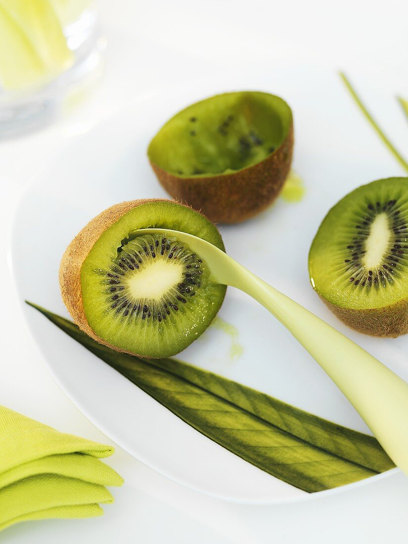 Hollowing out a kiwi fruit