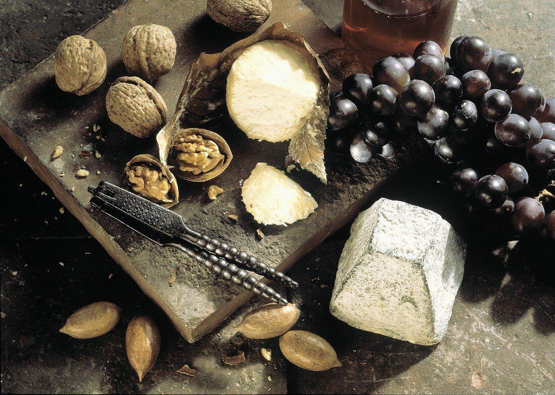 Käse mit Trauben & Walnüssen