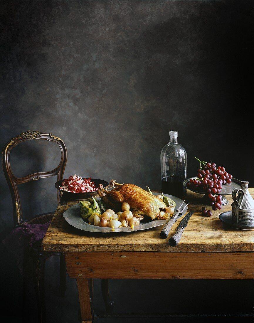 Ente mit Gemüse und Trauben auf altem Holztisch