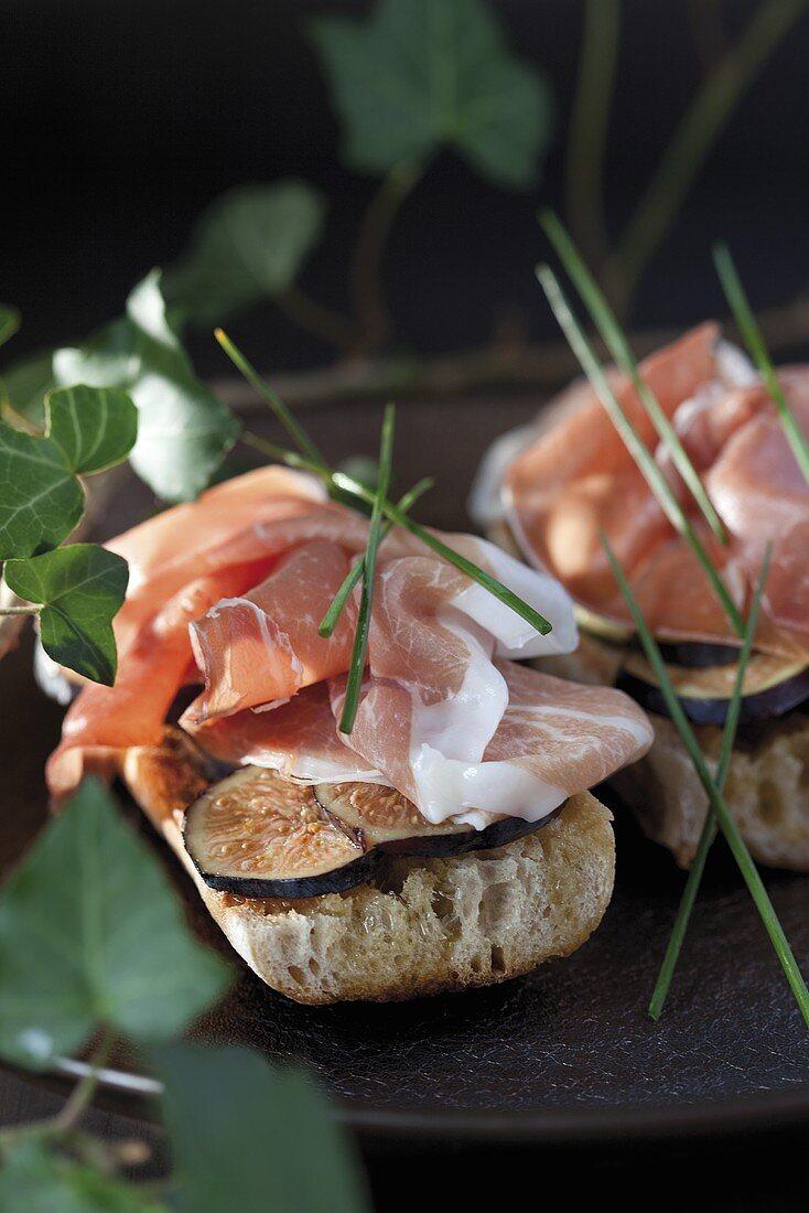 Crostini fichi e prosciutto (toasted bread topped with figs and ham)