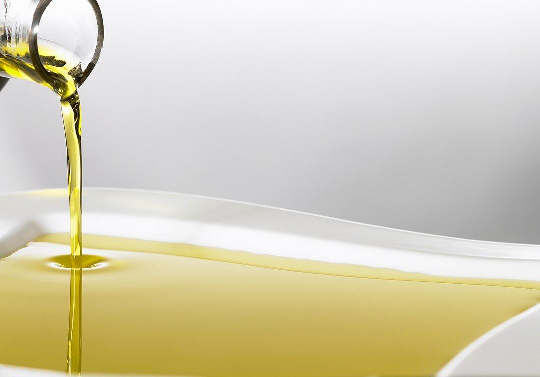 Arganöl fliesst aus Karaffe