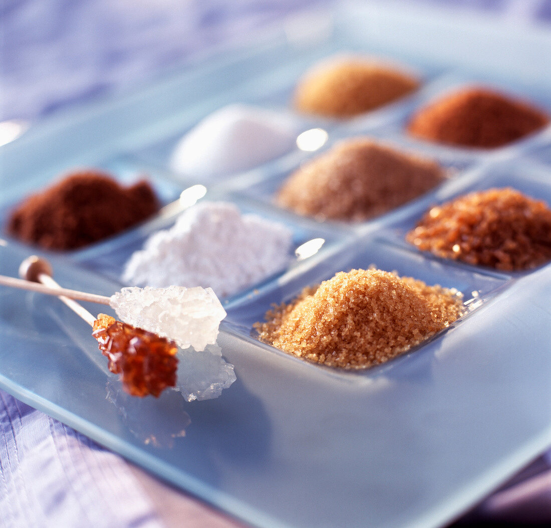 Verschiedene Zuckersorten auf Glasteller