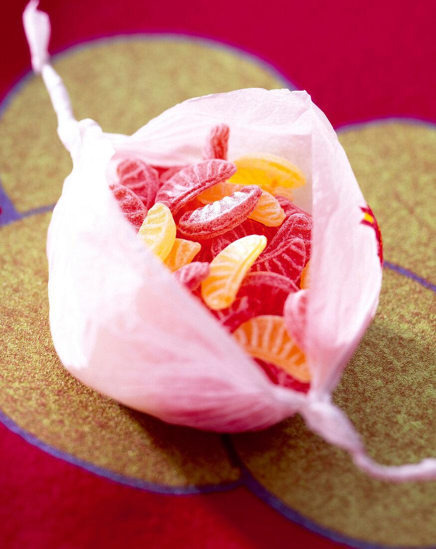 Orangen-Bonbons in Orangenpapier gepackt