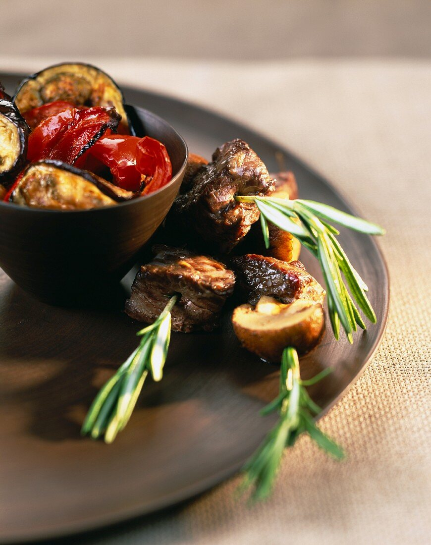 Beef brochettes with grilled vegetables