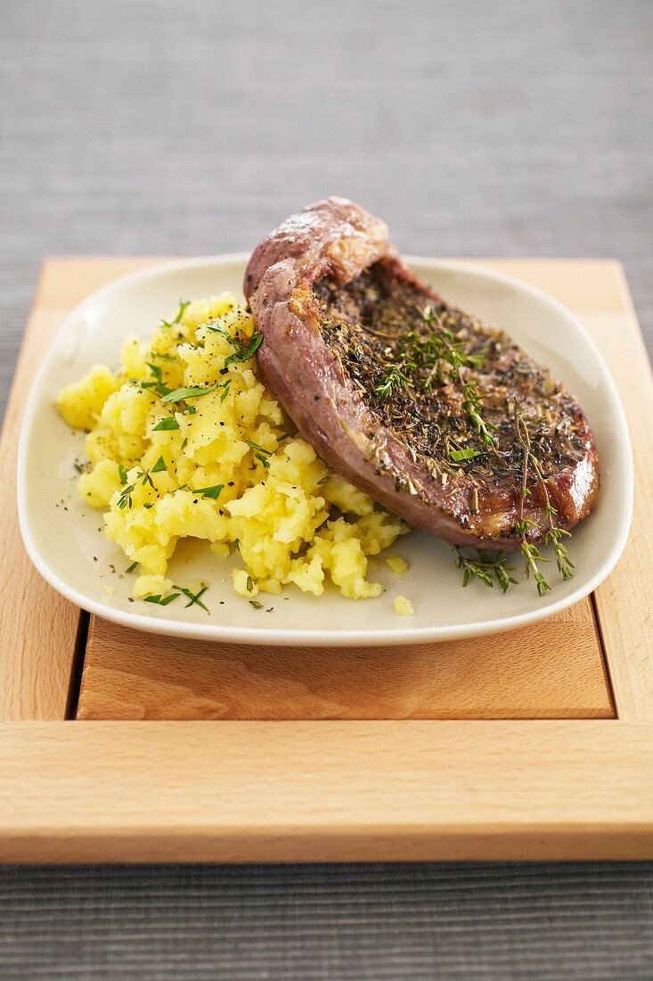 Grilled leg of lamb with mashed potatoes