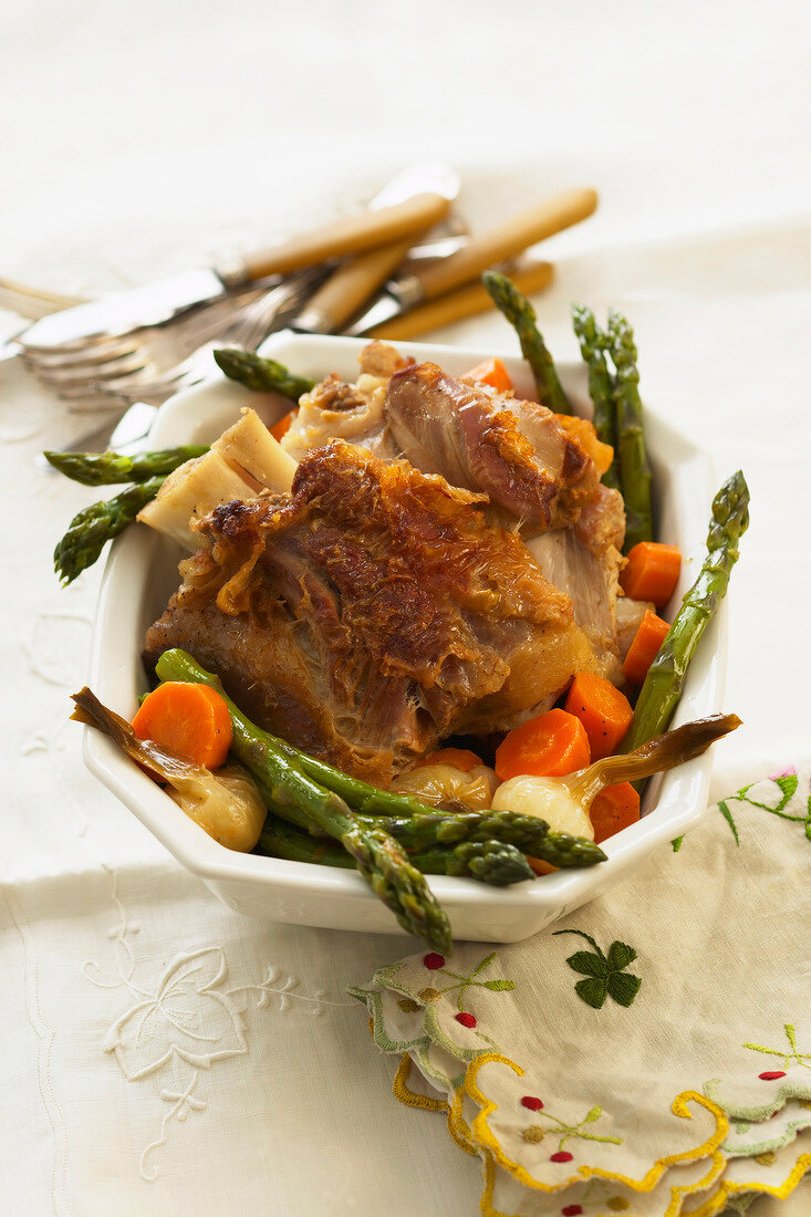 Knuckle of lamb with asparagus