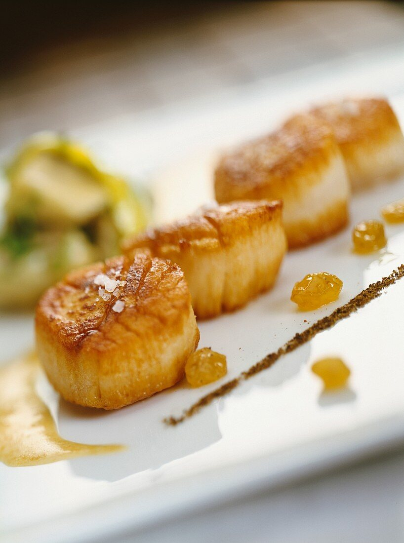 Plancha grilled scallops with raisins