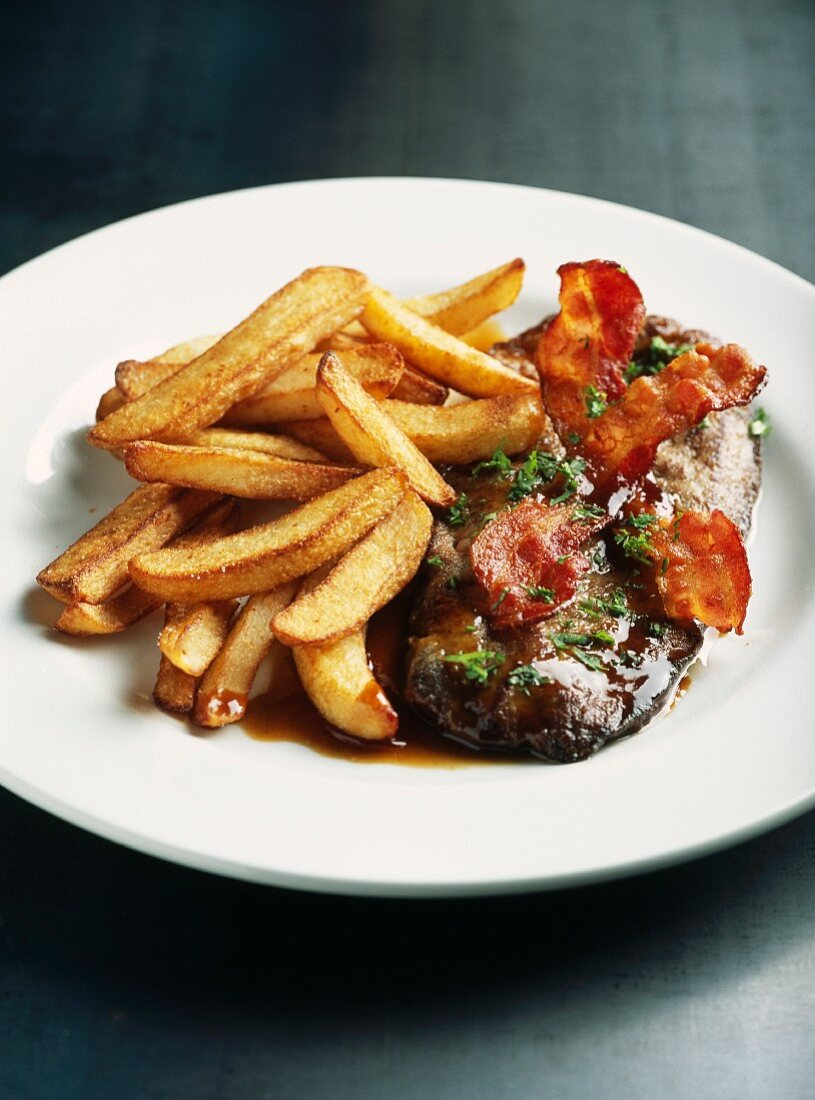 Pan-fried veal's liver with bacon and fried potatoes