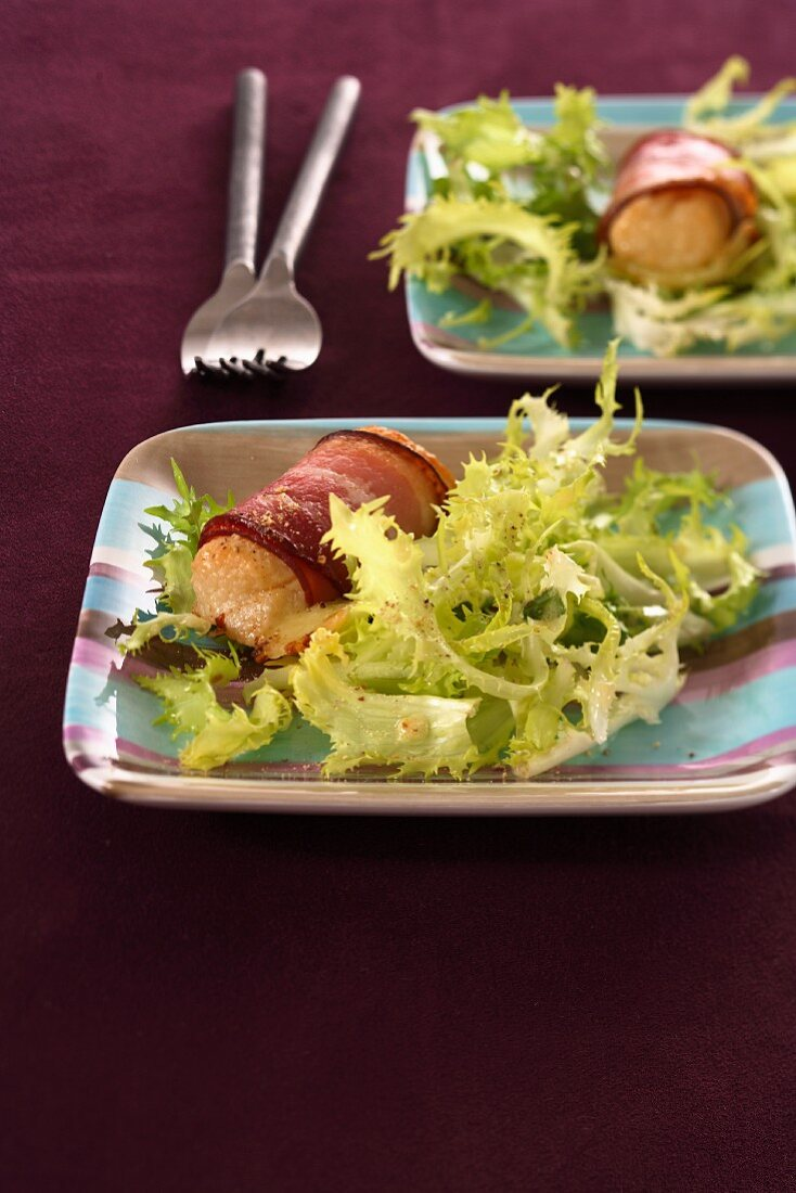 Hot goat's cheese wrapped in bacon salad
