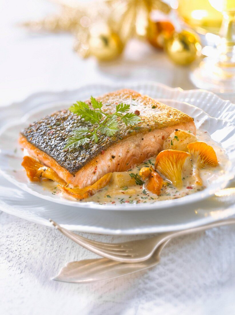 Piece of salmon with petoncle scallops and creamy chanterelle sauce