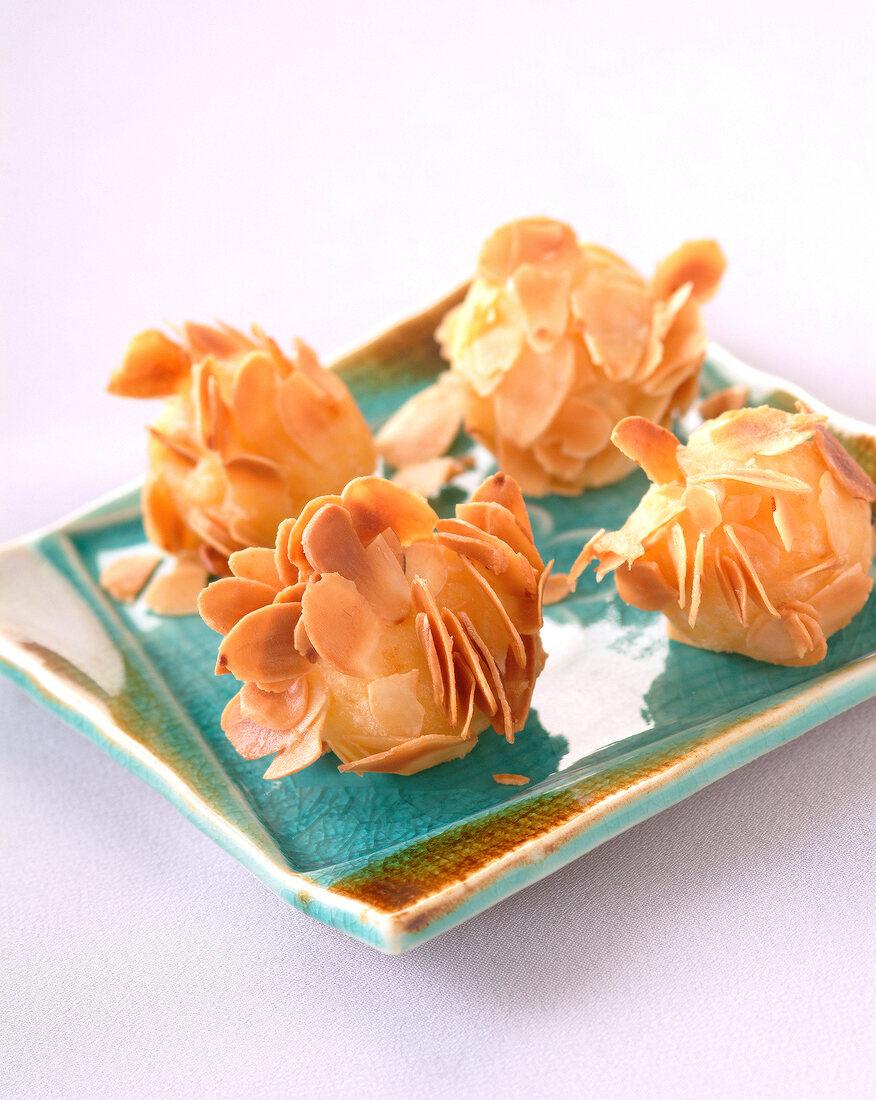 Windbeutel mit Mandelblättchen