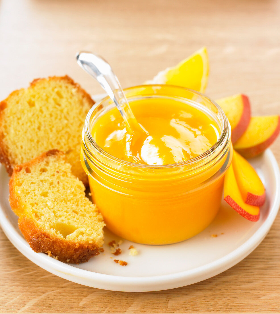 Sponge cake with mango-orange puree
