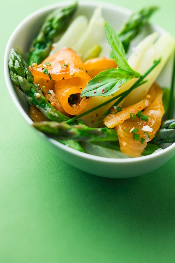 Green asparagus and salmon salad