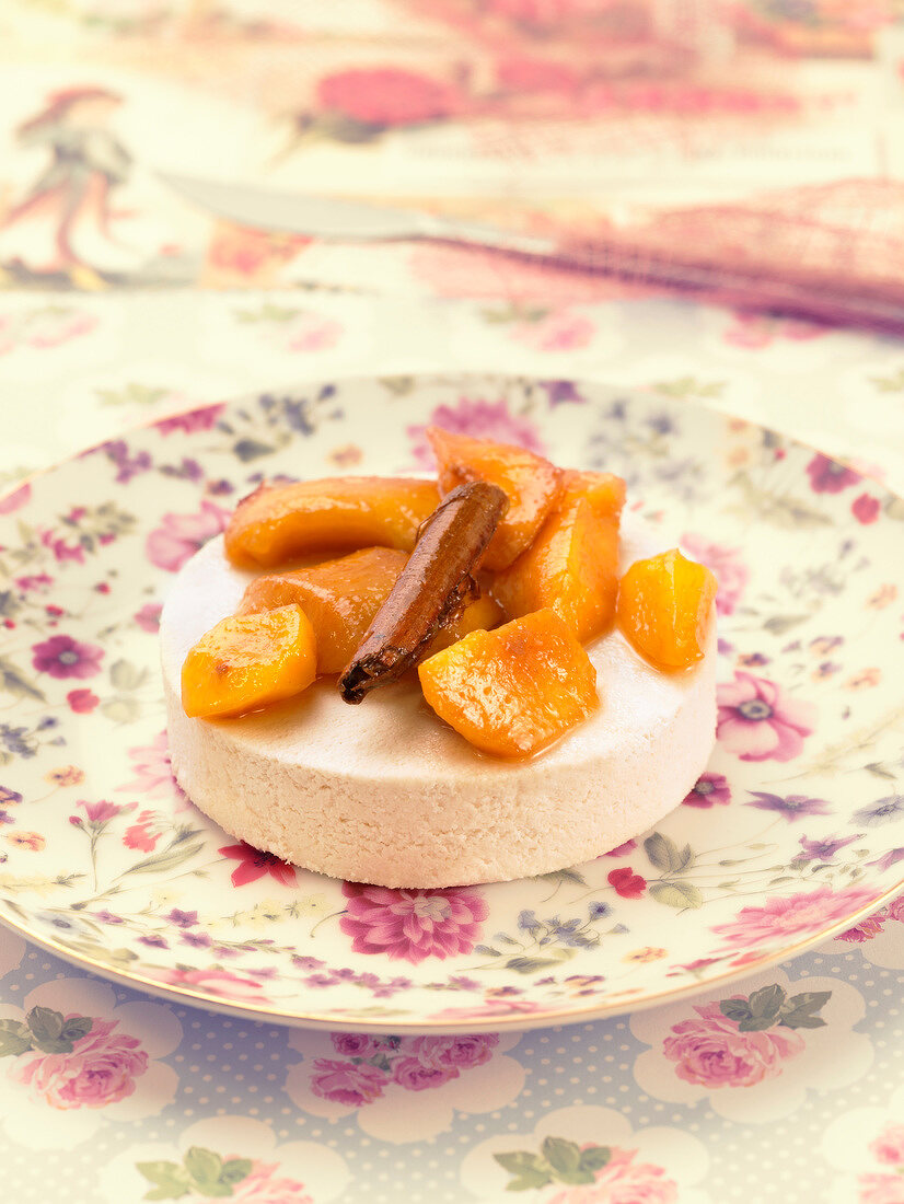 Faisselle with cinnamon-flavored pan-fried peaches