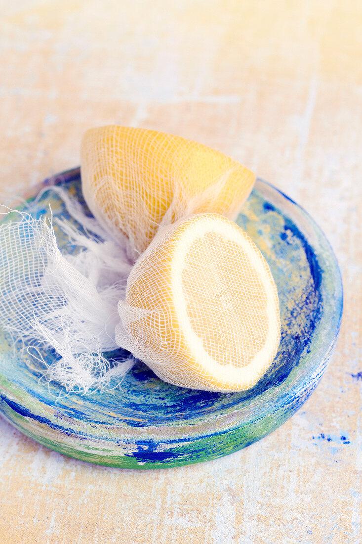 Half lemons on netting