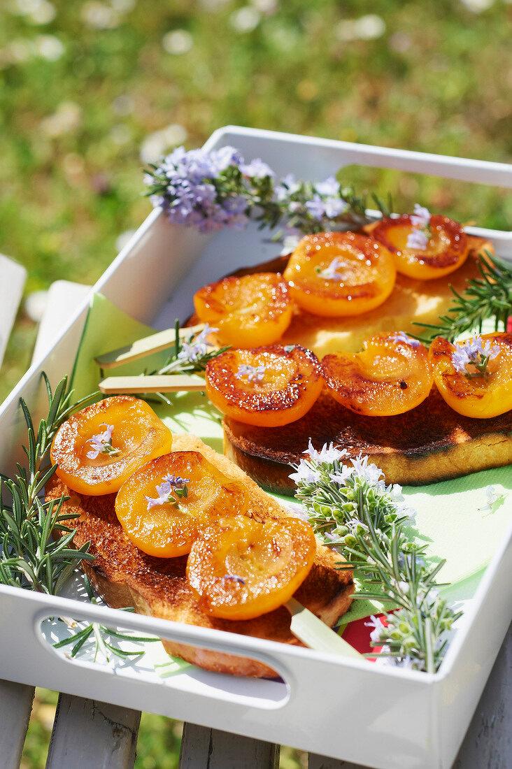 Gegrillte Aprikosenspiesse mit Rosmarin auf Brioche