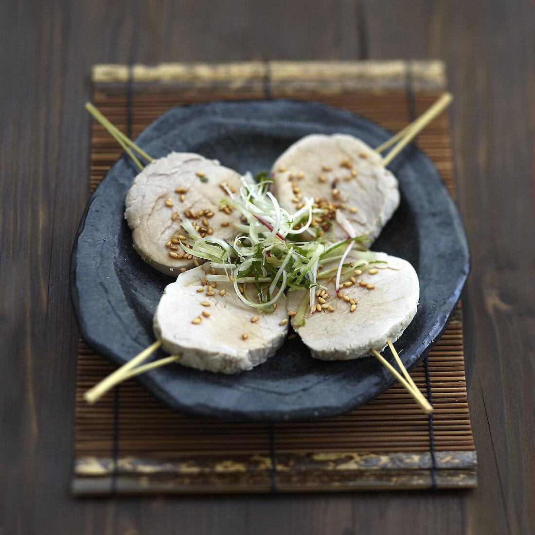Yakitoris aus in Brühe gekochtem Schweinefleisch mit Sesamsauce