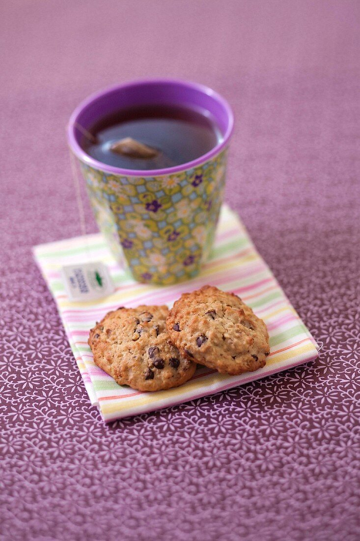 Oat cookies with banana, almonds and chocolate chips