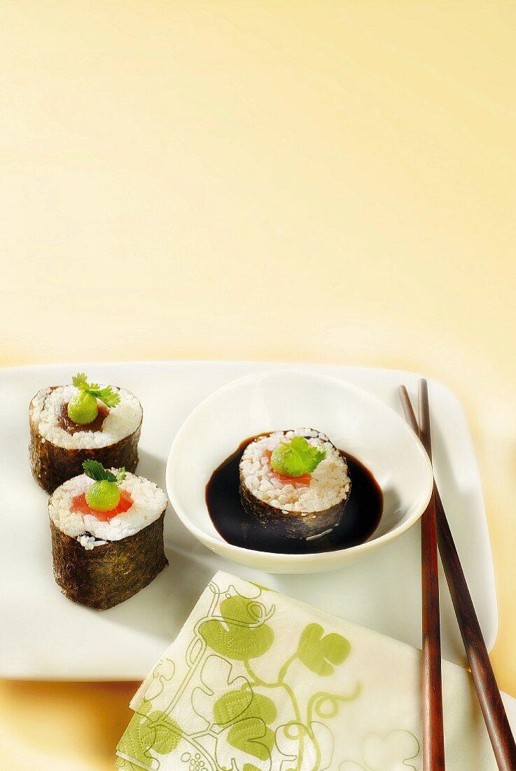 Salmon and tuna makis with wasabi and soya sauce