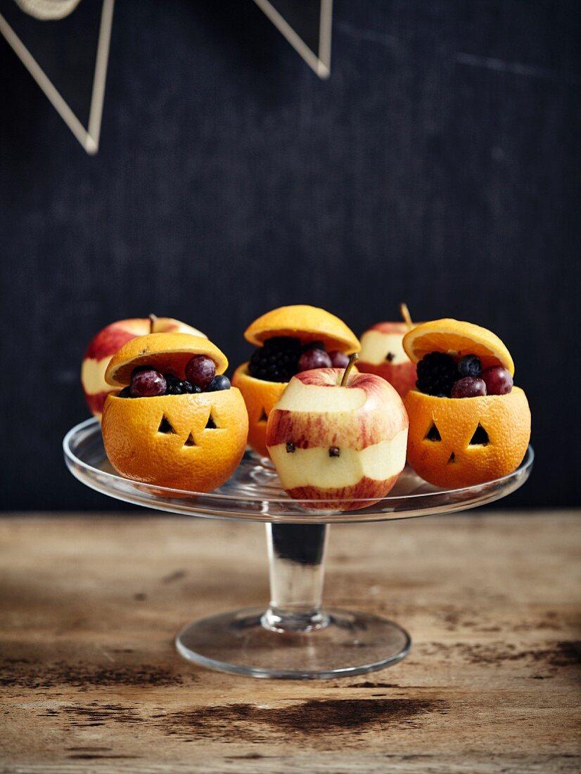 Jack O'Lantern frightning oranges and apples