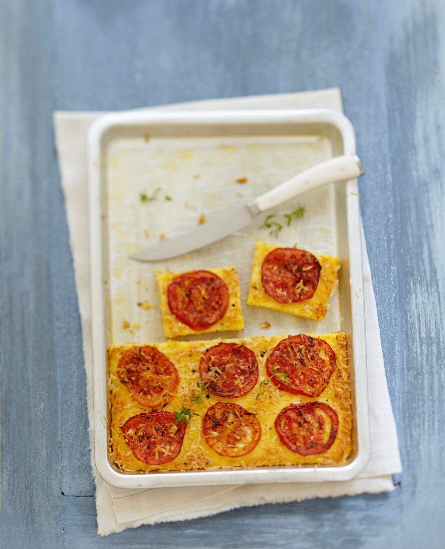 Überbackene Polenta mit eingemachten Tomaten, Thymian und Pecorino