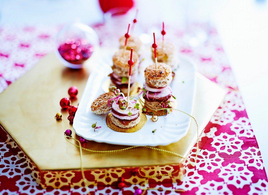Black radish, beetroot and fig jam mini burgers